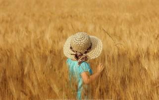 عکس زیبا و با کیفیت بالا دختری در گندمزار