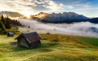 طلوع آفتاب در مه