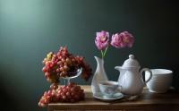 عکس چیدمان فنجان چای، کنار گلدان