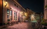 عکس کافه دنج در شب