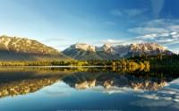 عکس زیبا و کیفیت بالا از انعکاس دریاچه و طبیعت روز آرامش بخش