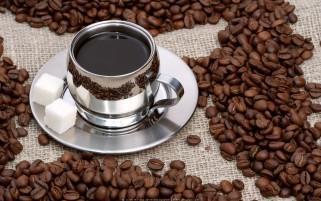 فنجان قهوه و دانه های قهوه