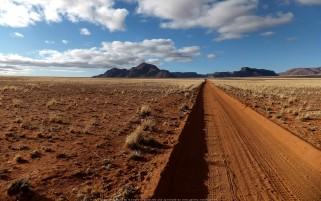 عکس زیبا از جاده خاکی در بیابان