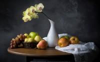 عکس زیبا از چیدمان میوه انگور گلابی سیب و گل ارکیده