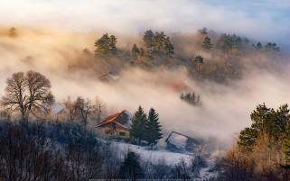 عکس روایی کلبه ها در مه
