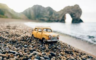 عکس از مینی ماینر اسباب بازی در ساحل سنگی