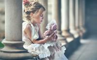 دختر بچه و عروسک
