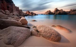عکس زیبا از ساحل ماسه ای و سنگی دریا