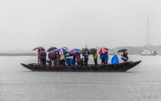 عکس حس برانگیز توریست ها زیر باران