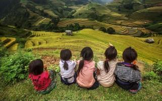 عکس زیبا از کودکان بر روی تپه