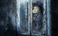 عکس کودک و پنجره