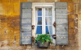 عکس با کیفیت پنجره چوبی