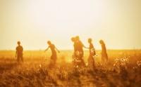 عکسی زیبا از بازی کودکان در غروب افتاب