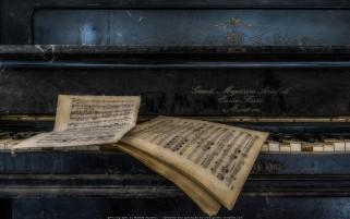 عکس زیبا از یک پیانو قدیمی