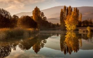 عکس زیبا و حرفه ای از انعکاس در دریاچه در پاییز