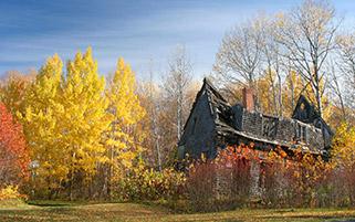 خانه متروک در پاییز