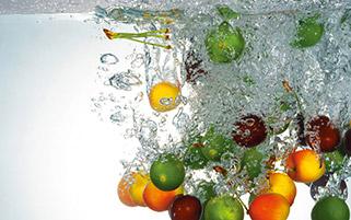 میوه های تازه در آب