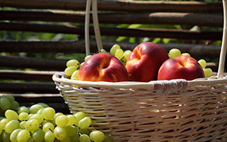 سبد میوه شلیل و انگور