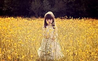 دختری در دشت گل
