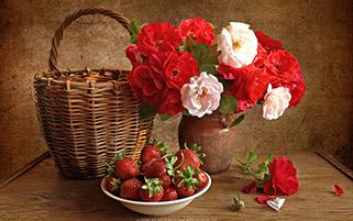 گلدان گل و سبد توت فرنگی