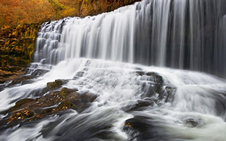 آبشار کوچک زیبا