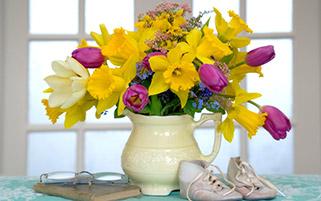گلدان گل های نرگس و لاله