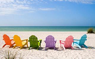 صندلی های رنگی کنار ساحل