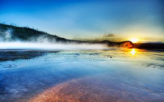 طلوع در دریاچه آب گرم
